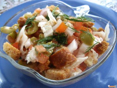Овощной салат с оливками и сухариками