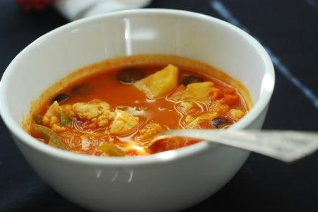Рыбный суп с перцем и оливками