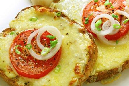 Рецепт Горячие бутерброды с помидорами и луком