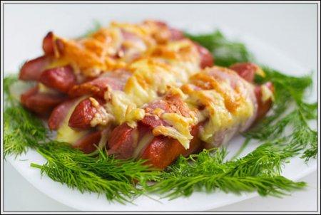 Сосиски с сыром и беконом.