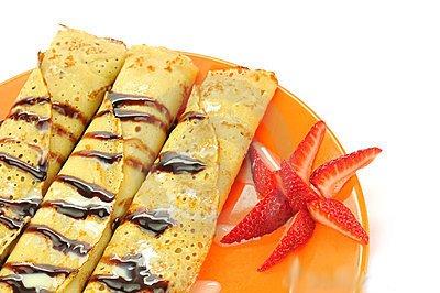 Рецепт Как приготовить блинчики с фруктами, шоколадом и мороженым.