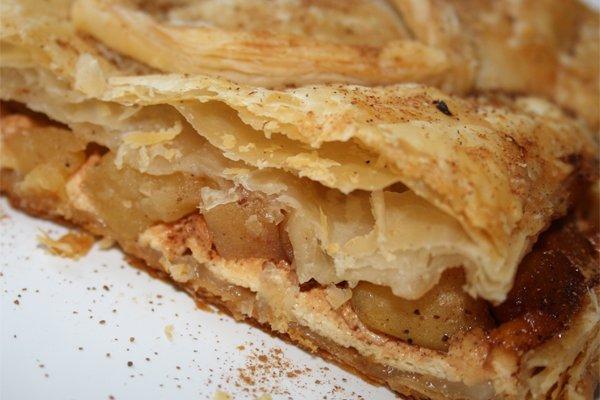 пирог с яблоками и творогом из слоеного теста рецепт с фото