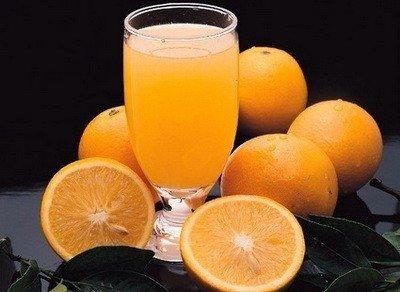 Приготовление освежающего апельсинового напитка.