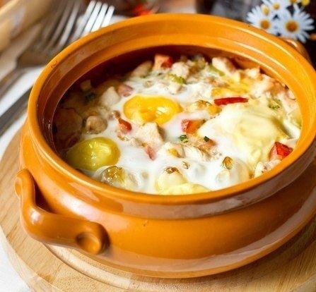 Запеченные яйца с курицей и овощами в горшочке
