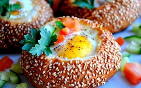 Рецепт Яйца запеченные в булочке с кунжутом с овощами