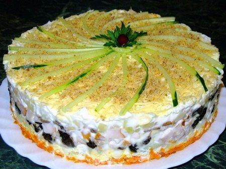 Рецепт Слоеный закусочный торт с копченой курицей, черносливом и шампиньонами
