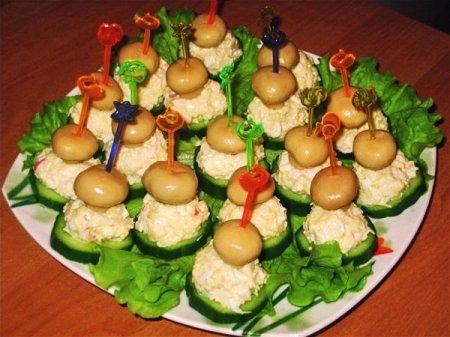 Рецепт Закуска из огурца и грибочков с листьями салата