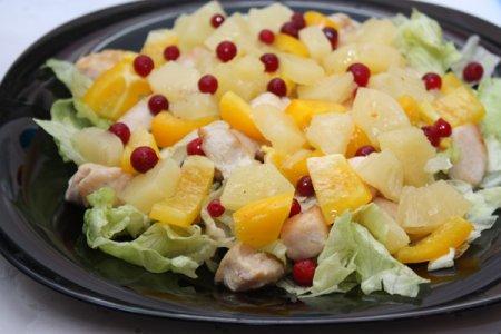 Салат с ананасами и курицей