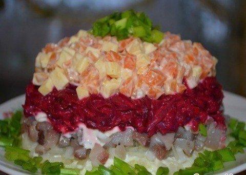 Салат с копченой курицей и яичными блинчиками