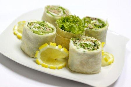 Лаваш с тунцом и листьями салата