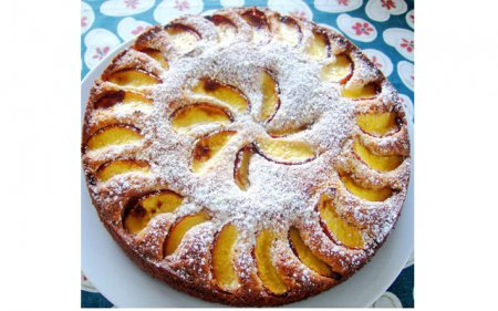 Пирог с грецкими орехами и персиками