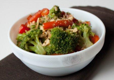 Рецепт Теплый салат из перца и капусты брокколи