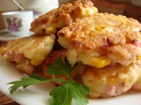 Рецепт Оладушки с кукурузой, сыром и ветчиной