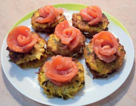 Рецепт Закуска из семги и сливочного сыра на кабачковых оладьях