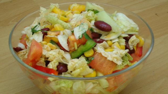 Салат из капусты и фасоли и болгарского перца