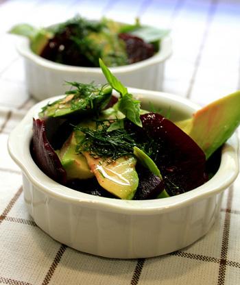 Рецепт Салат со свеклой, сельдью и авокадо