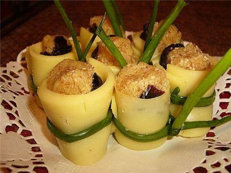 Рецепт Оригинальная закуска из сыра с черносливом и миндалем