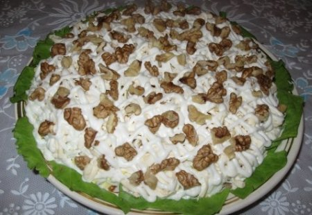 Рецепт Салат с печенкой и грецкими орехами