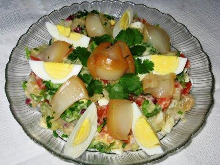 Рецепт Салат с копченым кальмаром и помидором
