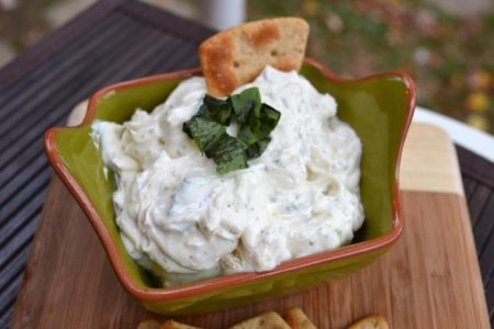 Рецепт Салат с копченой рыбой, творогом и сыром «Нежная зима»