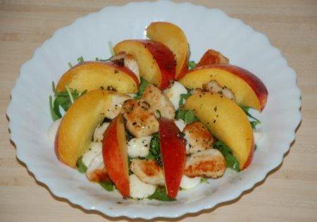 Рецепт Салат из персиков, курицы и рукколы