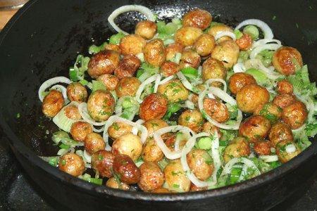 Рецепт Жареная молодая картошка в мундире с тимьяном и луком