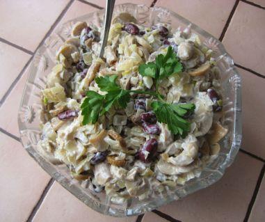 Салат с фасолью и курицей копченой
