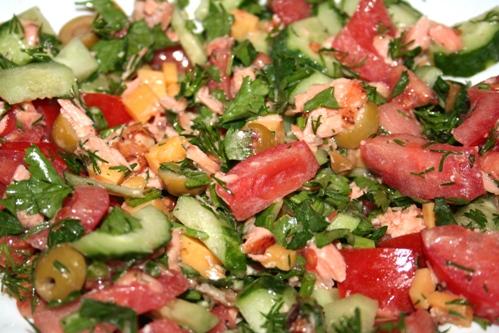 Салат с семгой и овощами