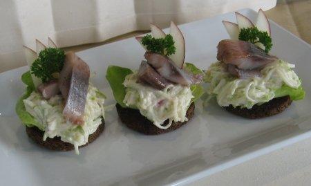 Рецепт Ржаные хлебцы с яблочным салатом и сельдью пряного посола