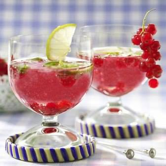 Легкий и освежающий летний пунш с добавлением свежей красной смородины