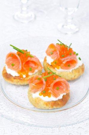 Рецепт Картофельные лепешки со сливочным сыром, слабосоленым лососем и красной икрой