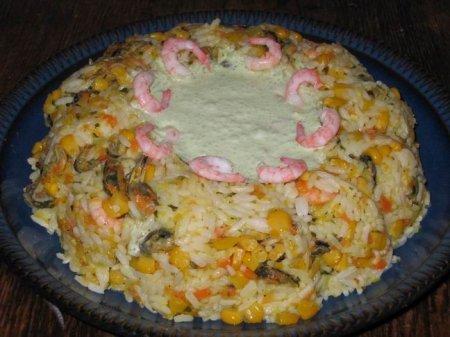 Рисовый салат с мидиями и зеленью