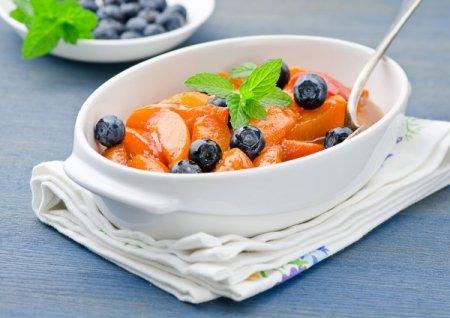 Рецепт Салат из персиков с черникой