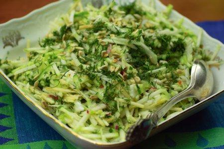 Рецепт Салат из кольраби с огурцом