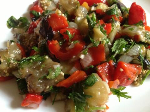 теплый салат из баклажанов перца