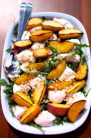 Рецепт Салат с бурратой и персиками