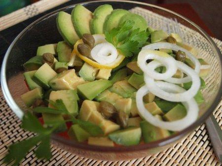 Рецепт Салат с соленой рыбой и авокадо