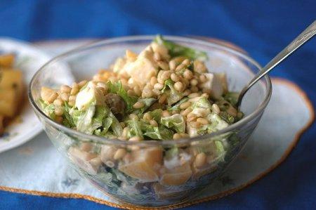 Рецепт Салат с консервированным абрикосом, сыром и кедровыми орешками