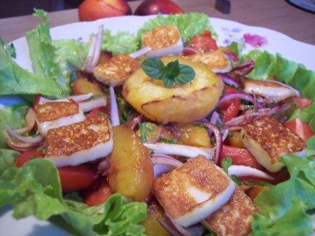 Рецепт Салат из помидоров с персиками и жареным сыром