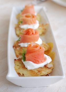 Рецепт Картофельные оладьи со сметаной и копчёным лососем