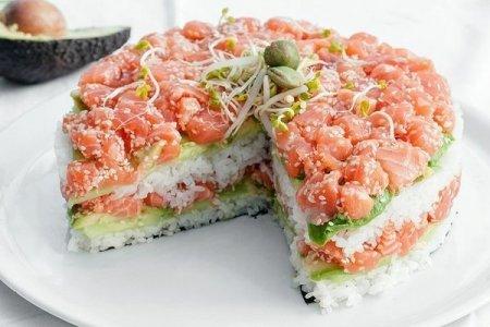 Рецепт Суши-торт из авокадо, огурца и лосося