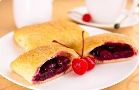 Рецепт Слоеные пирожки с вишней