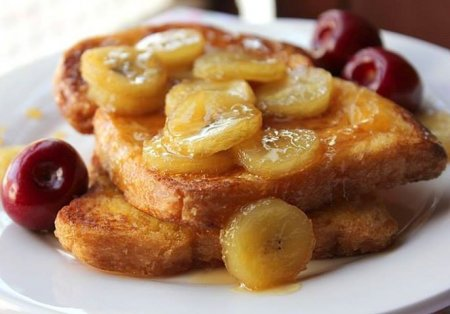 Французский тост с бананово-карамельным соусом
