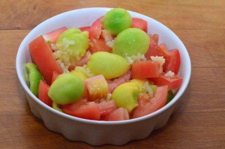 Рецепт Салат из авокадо и помидор с острой заправкой