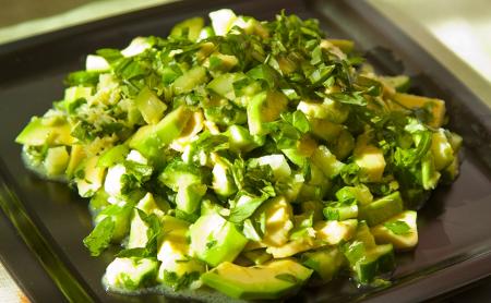 Рецепт Салат из огурца и авокадо с острой заправкой