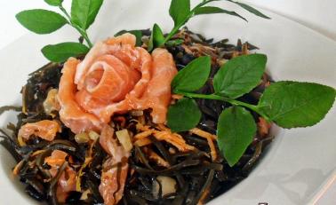 Салат из морской капусты с семгой