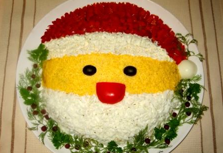 """Рецепт Салат """"Санта Клаус"""" с курицей, грибами и кукурузой"""