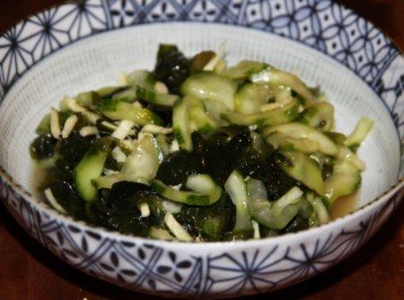 Салат из водорослей вакаме с огурцом