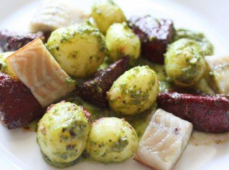 Рецепт Салат с копченым угрем и молодым картофелем под зеленой сальсой