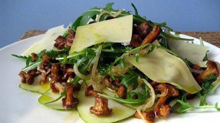 Рецепт Салат с лисичками, рукколой и грушей